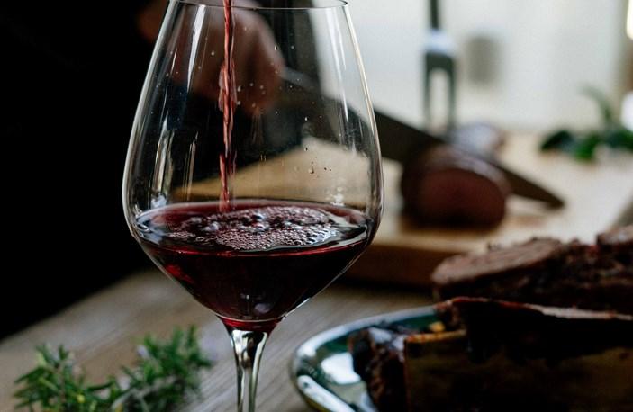 Rødvin Hældes Op I Vinglas